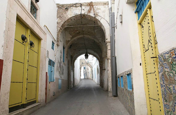 image: Tunis old quarter (copyright voyagevirtuel.co.uk)